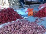 lapak-pedagang-bawang-merah-dan-cabai-di-pasar-tradisional-aceh-singkil-kamis-2682021.jpg
