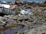 lumpur-yang-keluar-dari-perut-bumi-pasca-gempa-di-kelurahan-petobo-kota-palu_20181002_194133.jpg