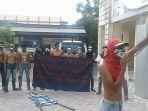 mahasiswa-demo-kantor-dinkes-aceh-barat_20171026_105102.jpg