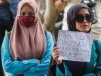 mahasiswa-mementangkan-poster-terkait-tuntutan-mereka-kepada-pemerintah-aceh.jpg