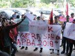 mahasiswa-muhammadiyah-aceh-demo-dpra_20171124_114730.jpg