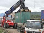 memindahkan-sejumlah-kontainer-di-kia-ladong-kecamatan-masjid.jpg