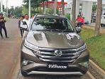 memperhatikan-mobil-terbaru-all-new-terios_20171210_074920.jpg