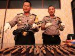 memperlihatkan-senjata-api-milik-kelompok-kriminal-b.jpg