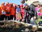 menanam-bunga-dahlia-di-aceh-tengah_20180204_155038.jpg