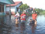 mengevakuasi-anaknya-banjir_20161130_092923.jpg