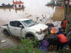 mengevakuasi-mobil-mitsubishi-strada-triton-double-cabien-yang-jatuh-ke-sungai-mahakam.jpg