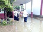 meski-banjir-pelajar-pidie-tetap-sekolah_20171129_151351.jpg