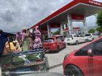 mobil-antre-mengisi-bahan-bakar-minyak-bbm.jpg