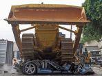 mobil-ferrari-dihancurkan-dengan-buldozer.jpg
