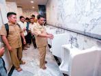 mulyadi-nurdin-meninjau-toilet-masjid-raya_20170516_120202.jpg
