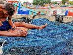 nelayan-perbaiki-jaring-di-pidie-jaya_9-juni-2021_.jpg