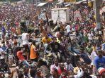 orang-orang-merayakan-di-jalan-jalan-dengan-anggota-angkatan-bersenjata-guinea.jpg