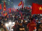 orang-orang-turun-ke-jalanan-di-hanoi-vietnam-merayakan-kemenangan-timnas-vietnam.jpg