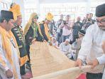 para-keturunan-raja-dan-sultan-aceh-menerima-silsilah-raja-raja_20171002_112321.jpg