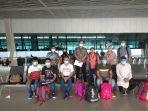 para-nelayan-aceh-yang-akan-pulang-setiba-di-bandara-soekarno-hatta-tangerang-banten.jpg