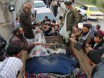 para-pria-afghanistan-menemukan-mayat-anak-anak-kecil-yang-terbaring-di-belakang-truk.jpg