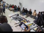 para-tersangka-pembunuhan-presiden-haiti-jovenel-mose-beserta-senjata.jpg