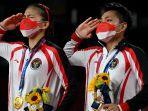 pasangan-ganda-putri-greysia-poliiapriyani-rahayu-melakukan-hormat-kepada-bendara-merah-putih.jpg