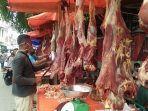 pedagang-daging-berjajaran-di-sepanjang-ruas-jalan-langgar-square-bireuen.jpg