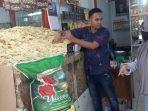 pedagang-emping-di-pasar-beureunuen-pidie-minggu-2092020-melayani-pembeli.jpg