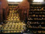 pedagang-menunjukkan-emas-perhiasan-di-toko-emas-jalan-tgk-chik-pante-kulu-banda-aceh.jpg