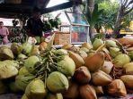 pedagang-menyiapkan-jajanan-kelapa-muda-sebagai-salah-satu-minuman-berbuka-puasa.jpg