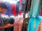 pedagang-pakaian-di-pasar-atjeh-banda-aceh-sedang-merapikan-blus-tunik_20151122_113102.jpg