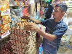 pedagang-sembako-sedang-melayani-pembeli-telur-ayam-di-pasar-tradisional-idi-rayeuk-aceh-timur.jpg