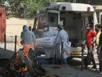 pekerja-medis-membawa-jenazah-korban-covid-19-di-krematorium-new-delhi-india.jpg
