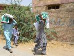 pekerja-membawa-kurma-bantuan-arab-saudi-di-pakistan.jpg