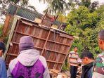 pekerja-membongkar-barak-di-kamp-perusahaan-pt-emm.jpg