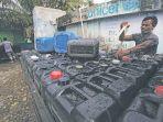pekerja-mengisi-air-bersih-ke-dalam-jeriken-di-pdam-kota-banda-aceh_20170312_072533.jpg