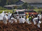 pekerja-menguburkan-jenazah-korban-virus-corona.jpg