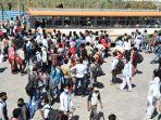 pekerja-migran-memadati-terminal-bus-di-perbatasan-uttar-pradesh-dekat-new-delhi-india.jpg