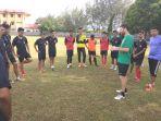 pelatih-aceh-united-simon-elissetche-memberikan-arahan-kepada-pemainnya_20180810_091652.jpg