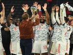 pelatih-kepala-bayern-munich-jerman-julian-nagelsmann-menyerahkan-trofi-kepada-pemain.jpg