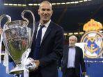 pelatih-real-madrid-zinedine-zidane-mengangkat-trofi-liga-champions_20170604_093322.jpg