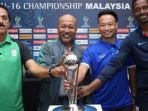 pelatih-timnas-u-16-indonesia-fakhri-husaini-menyentuh-trofi-piala-asia-u-16_20180929_000901.jpg