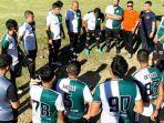 pemain-manajemen-persiraja-fc-sedang-berdoa-sebelum-pertandingan.jpg
