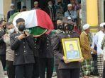 pemakaman-briptu-hairul-tamimi-anggota-polres-lombok-timur-yang-tewas-ditembak-rekan-polisi.jpg