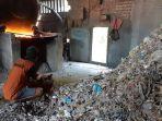 pembakaran-sampah-plastik-untuk-bahan-bakar-tungku.jpg