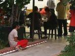 pembantu-rumah-tangga-di-singapura-ngemper-di-depan-restoran.jpg