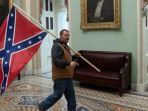pembawa-bendera-konfederasi-di-gedung-capitol-as.jpg