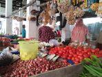 pembeli-melihat-kebutuhan-dapur-di-nagan-raya_20180513_155411.jpg