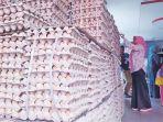 pembeli-sedang-memilih-telur-di-toko-istana-telur_20180718_081855.jpg