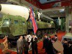pemimpin-korea-utara-kim-jong-un-tengah-berbicara-di-depan-rudal-balistik-antarbenua-icbm.jpg