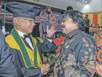 pemimpin-umum-harian-serambi-indonesia-h-sjamsul-kahar-memberikan-ucapan-selamat_20180110_094951.jpg
