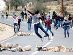 pemuda-palestina-yang-berdemonstrasi-menentang-keputusan-as_20171220_142222.jpg