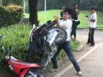 pemuda-rusak-motor.jpg